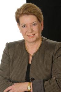 Prof. Dr. Heike Simmet ist Professorin für Betriebswirtschaft an der Hochschule Bremerhaven. Die digitale Transformation von Wirtschaft und Unternehmen und ihre Kommunikationsbeziehungen zu Kunden sind ihre Schwerpunkte. Sie forscht nicht nur darüber, sondern sie bloggt auf http://hsimmet.com auch zu diesen Themen. Ihre Beiträge sind vor allem in den Business Netzwerken wie Xing und LinkedIn besonders gefragt.