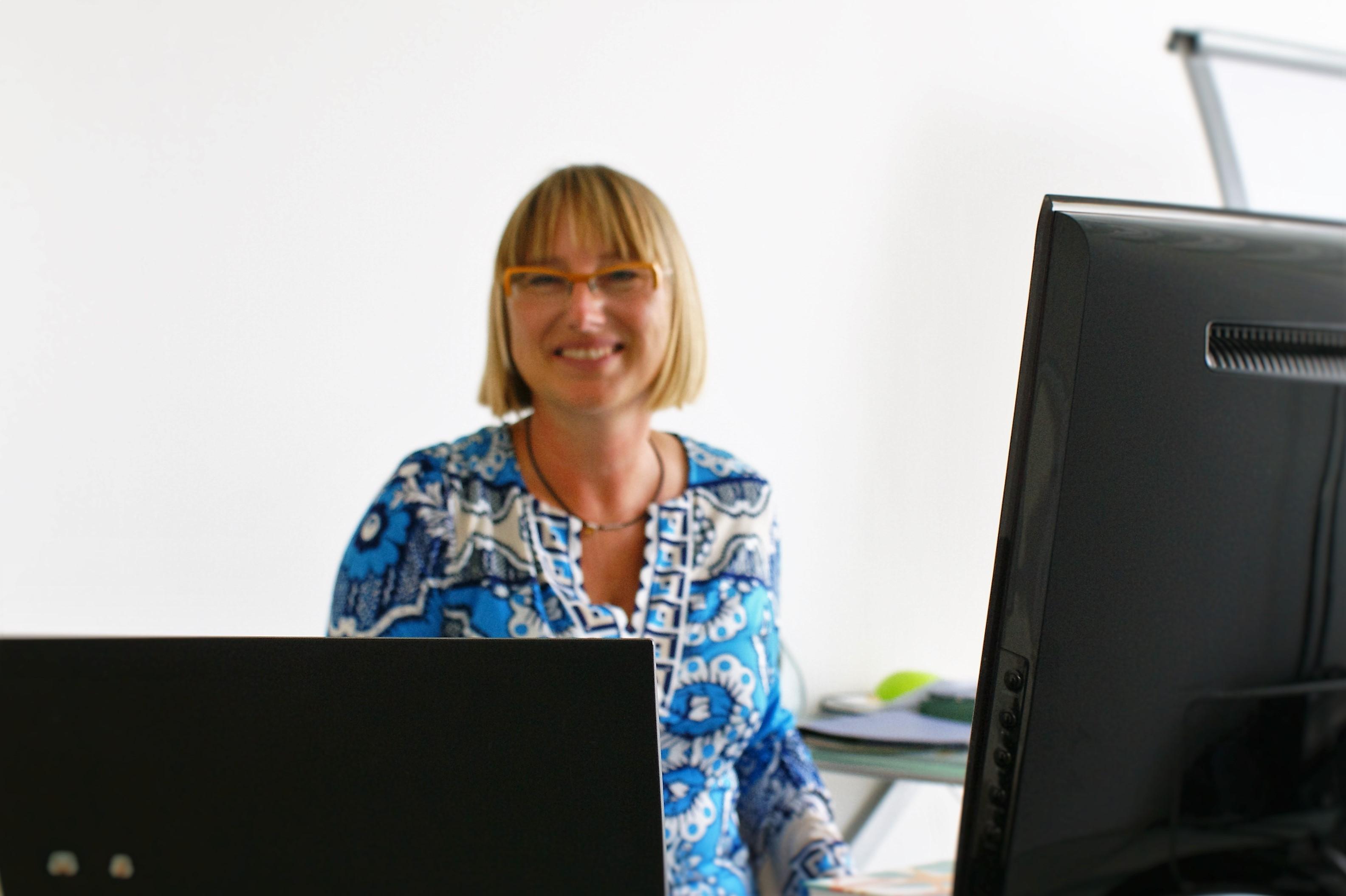 """Nikola Alberts ist Inhaberin von """"F&O - Führungskräfte- und Organisationsentwicklung"""" mit Sitz in Köln. Sie hat an der Universität zu Köln Volkswirtschaft studiert. Im Anschluss war sie im Controlling eines Großunternehmens, bis sie die Möglichkeit hatte, in die Personalentwicklung umzusteigen. 2004 hat sie sich mit F&O selbständig gemacht und berät Unternehmen mit Industrie-Hintergrund."""