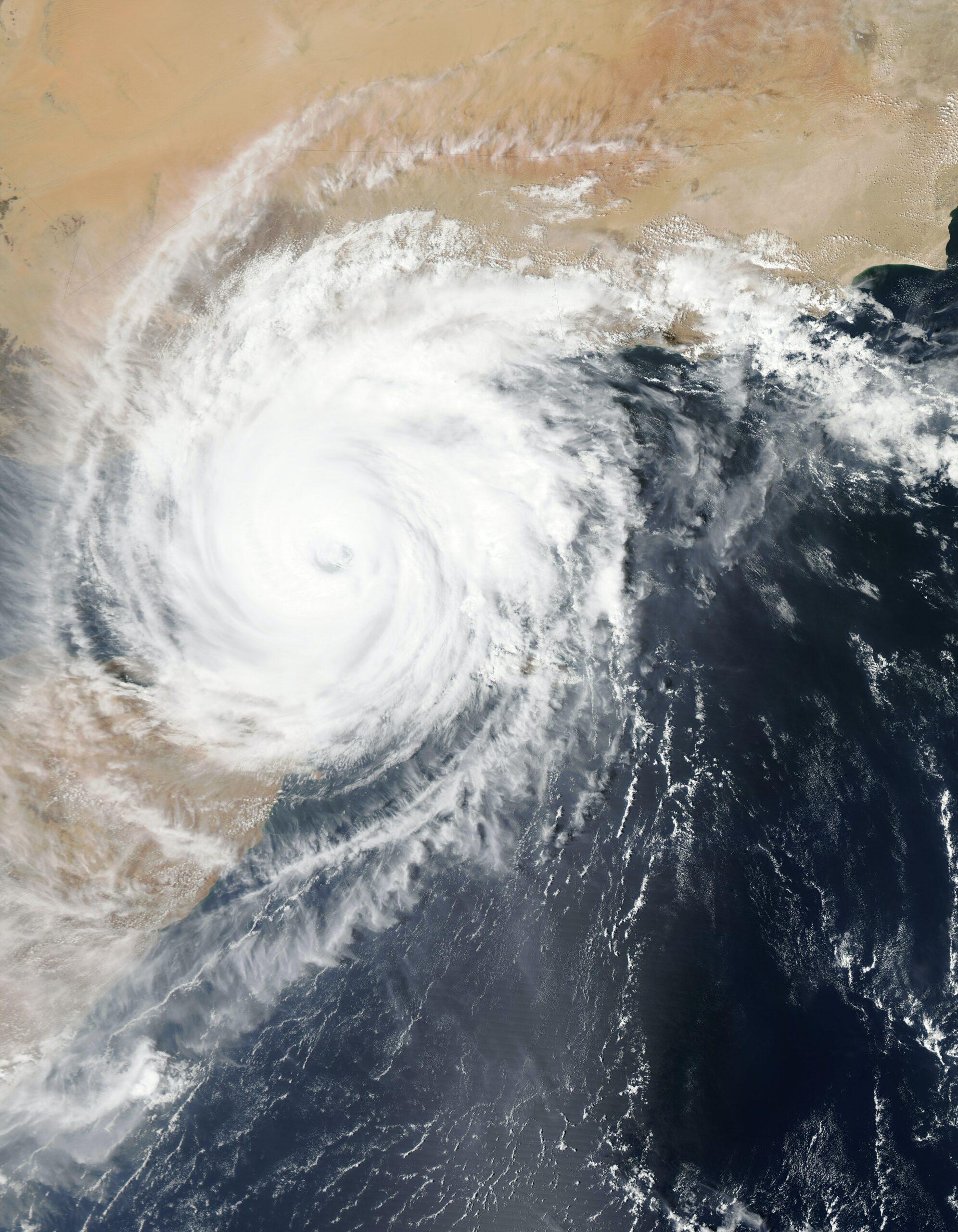 Wetter ist ein Thema, das uns alle betrifft. Nicht zuletzt durch die Klimakrise mit einhergehenden Wetter-Extremen wird der Bedarf, genügend vorbereitet zu sein, stetig wachsen. BI und Predictive Analytics Daten können unter anderem dabei helfen, dass verschiedene Branchen besser auf Wetter-Extreme vorbereitet sind.
