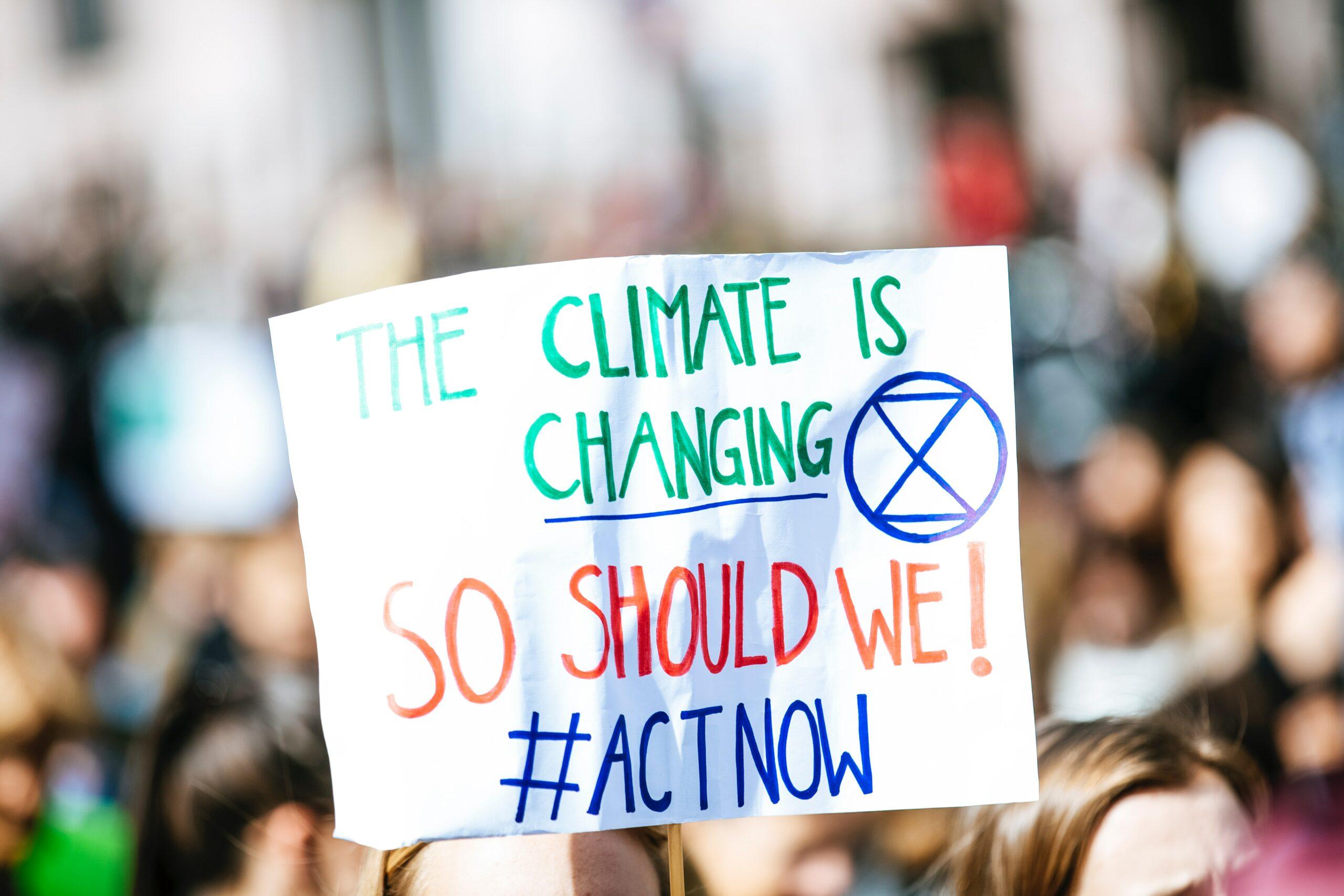 Die Digitalisierung kann eine zentrale Rolle beim Klimaschutz einnehmen. Allerdings ist digitaler Klimaschutz kein Selbstläufer, sondern muss von den Unternehmen aktiv betrieben und von der Politik gezielt flankiert werden. Das zeigt eine erste Studie, die der Digitalverband Bitkom zu diesem Thema veröffentlicht hat.