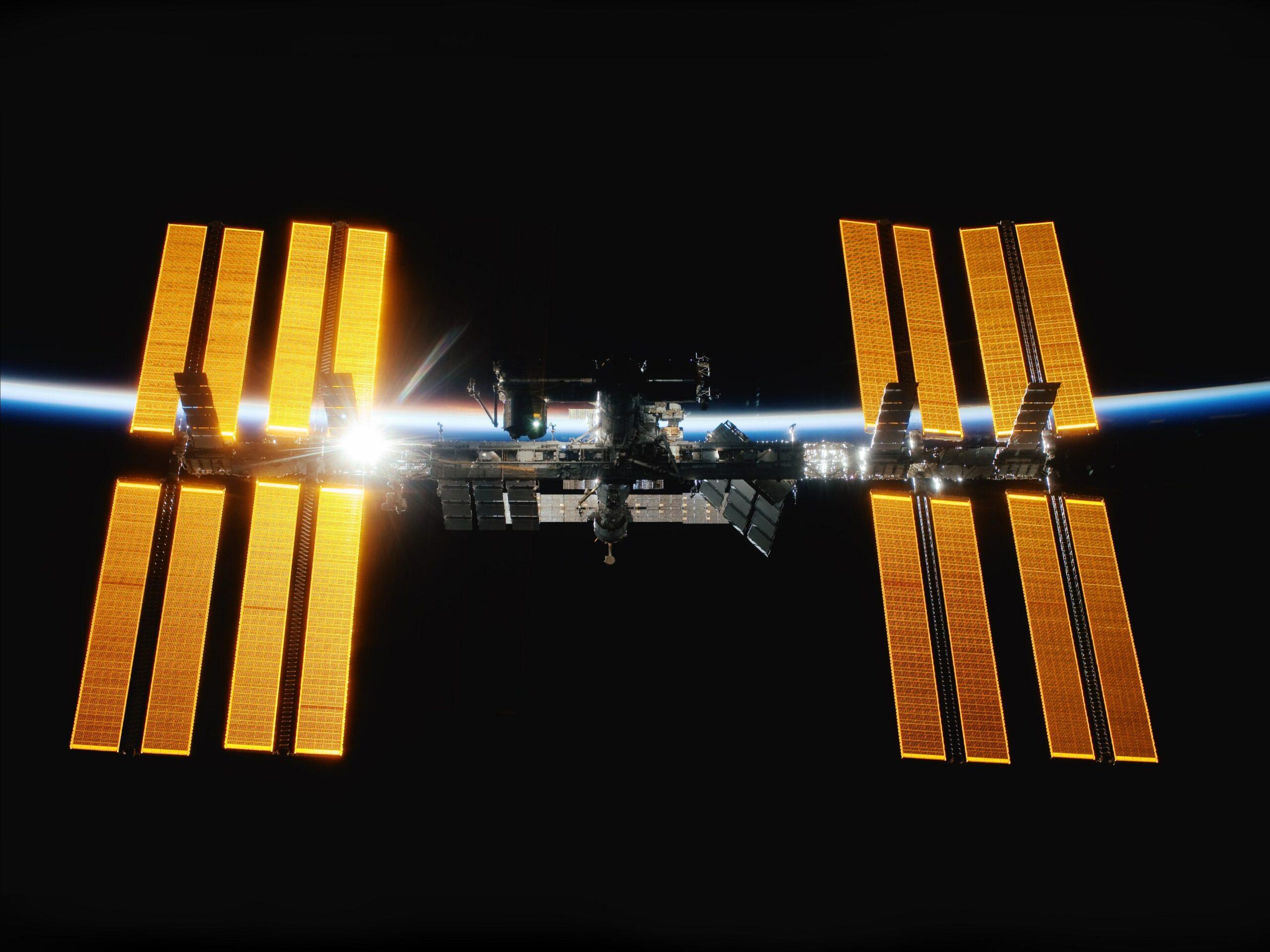 """In rund acht Wochen ist es so weit: Der deutsche Astronaut Matthias Maurer wird an Bord einer SpaceX-Raumkapsel zur ISS fliegen. Seine erste ISS-Mission trägt den Namen """"Cosmic Kiss"""". 36 Experimente aus Deutschland sind für seine Mission vorgesehen. Eines davon ist Wireless Compose-2 (WICO2), geplant und vorbereitet vom Deutschen Zentrum für Luft- und Raumfahrt (DLR) sowie seinen Kooperationspartnern DSI Aerospace Technology, Hohenstein Laboratories und der Universität Bielefeld."""